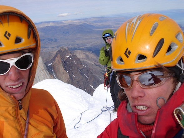 Simon, Cyrille Berthod und Samuel auf dem Gipfel des Cerro Torre 11Stunden vom Niponino-Camp / Simon, Cyrille Berthod and Samuel on top of Cerro Torre, 11 hours from Niponino